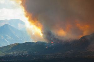 640px-Waldo_fire_approaching_Mountain_Shadows_2